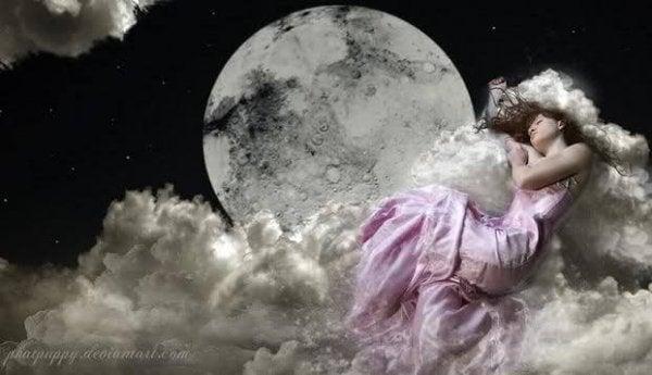 雲の上に眠る女性