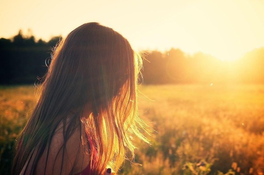 夕日の中を歩く女性