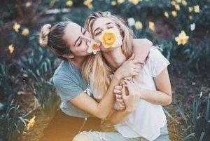 口に花を加える二人の女性