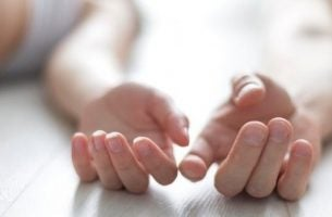 手が触れ合う二人