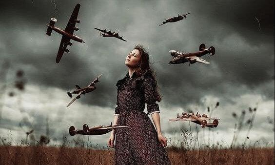 女性の周りを飛ぶ飛行機