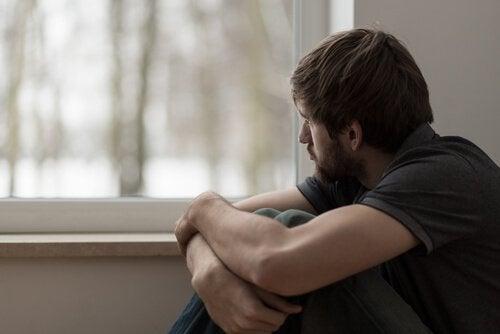 窓の外を眺める男性
