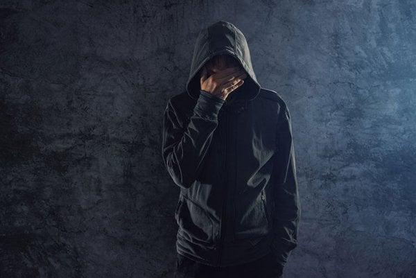 黒いジャケットを着た男