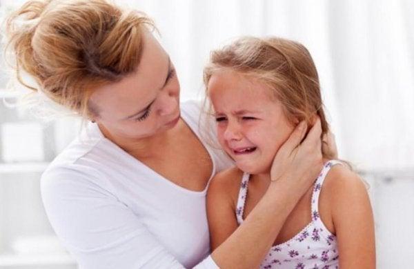 母と泣く子供