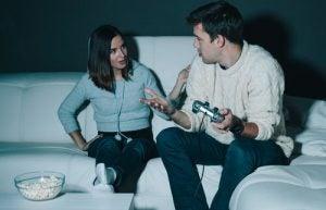 議論するカップル