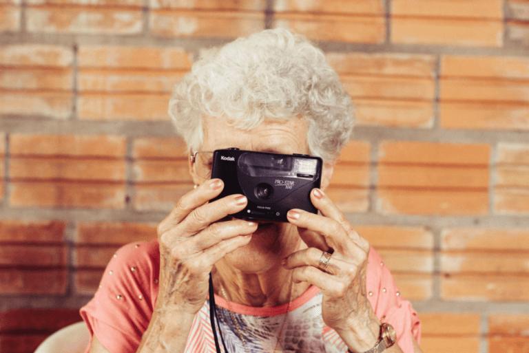 写真を撮る老人