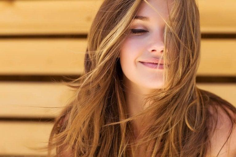 目を閉じてほほ笑む女性