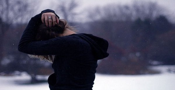 頭を抱える女性