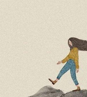 山の上を歩く女性