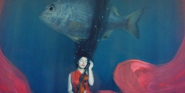 大きな魚と水の中の女性
