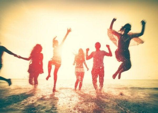 海辺の若者たち
