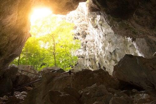 洞窟から見える太陽の光