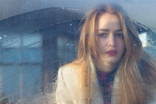 窓の外見る金髪の女性