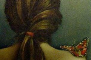 女性の肩と蝶