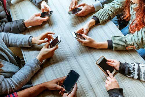 ファビング:携帯電話が人間関係を破壊する
