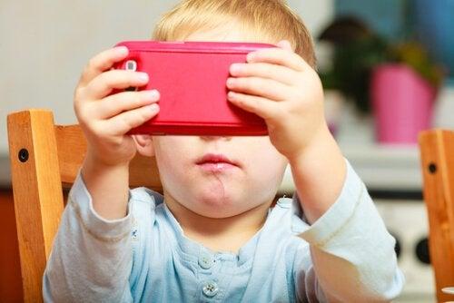携帯を使う子供