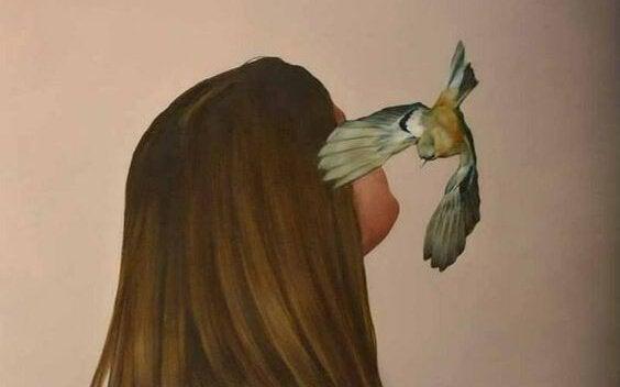 女性の顔の周りを飛ぶ鳥