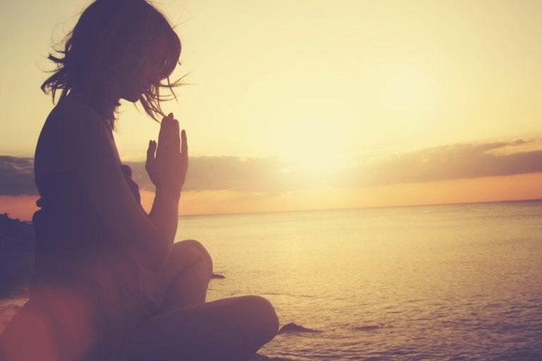 夕暮れに瞑想する人