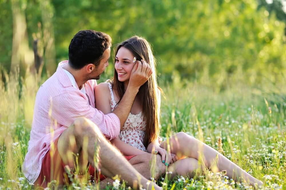 芝生のカップル