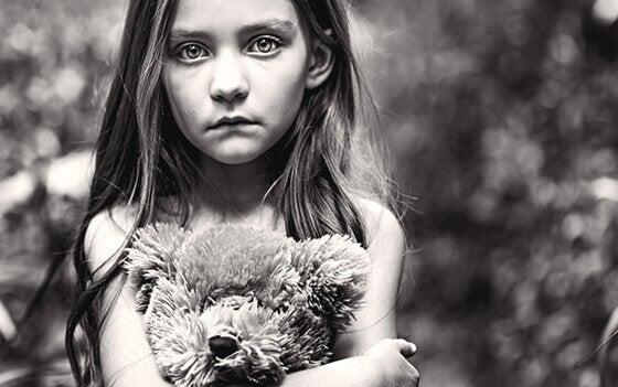 テディベアを抱える少女