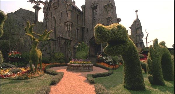 シザーハンズの住む家の庭にある動物の植栽や花