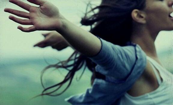 腕を広げる少女