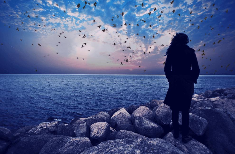 海を眺める女の人