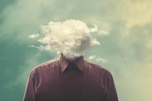 頭が雲の男性