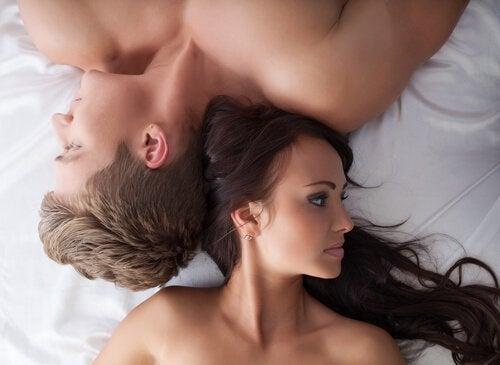 ベッドの上で向き合わないカップル