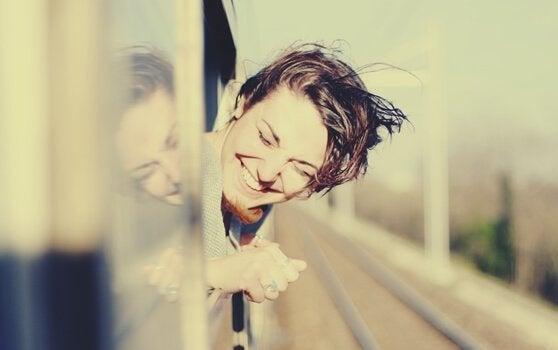 電車から顔を出す女性