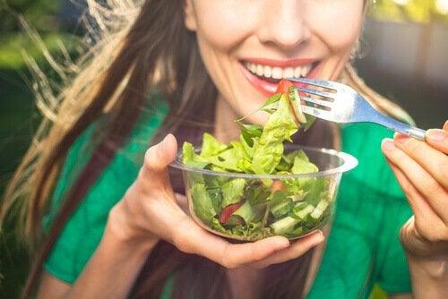 笑顔で食べる女性