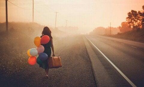 風船とともに歩く女性