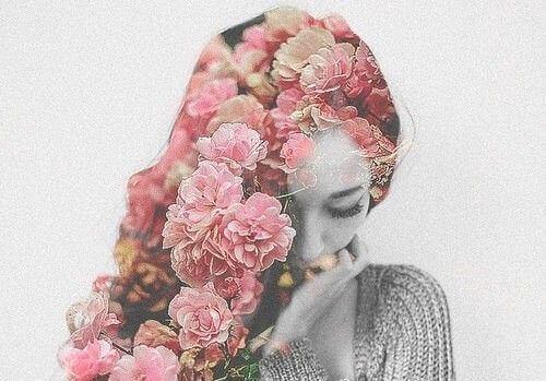 花飾りと女性