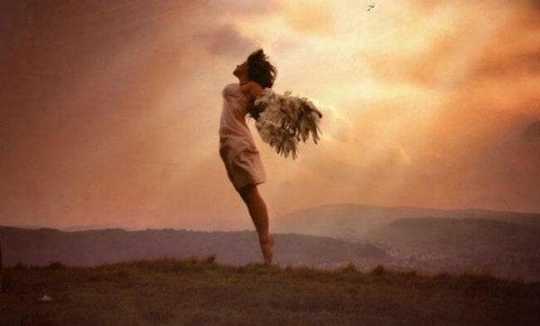 羽の生えた女性が飛ぶ