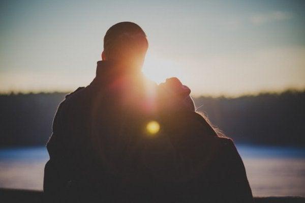 ハッピーカップルと夕日