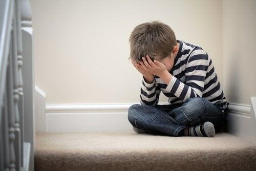 部屋の隅で泣く少年
