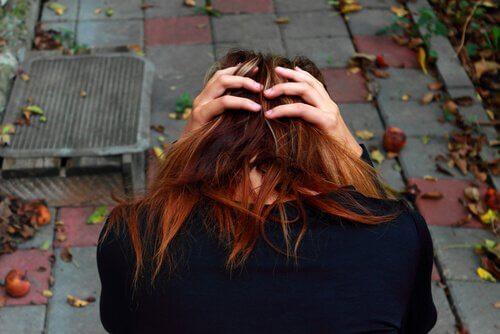 広場恐怖症の女性が頭を抱えている