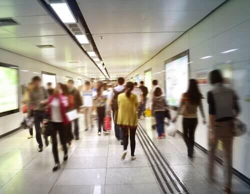 人混みにあふれる地下鉄構内