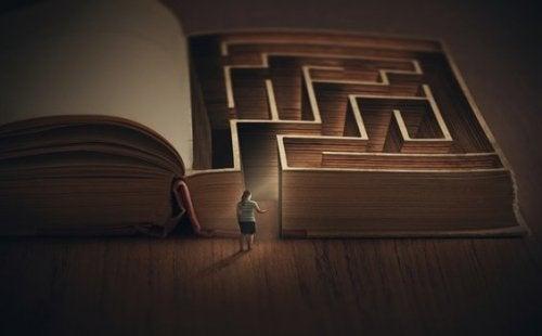 本の迷路に入る少女