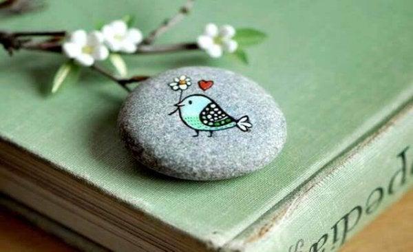 石に描かれた鳥