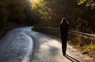 女性が山道を1人で歩く