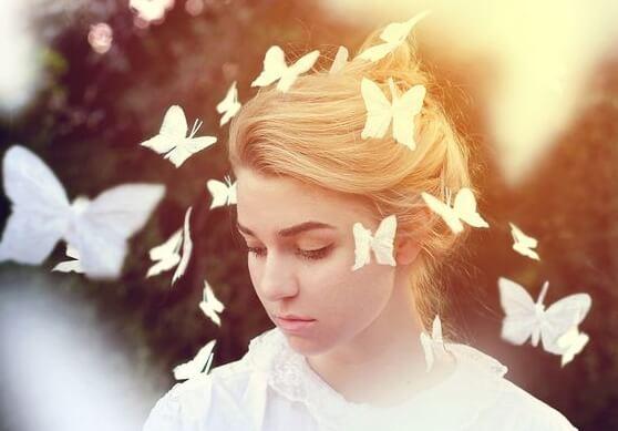 女性の周りに蝶が舞う