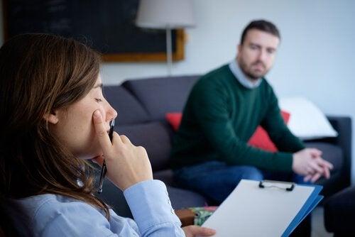 女性の心理学者と男性患者