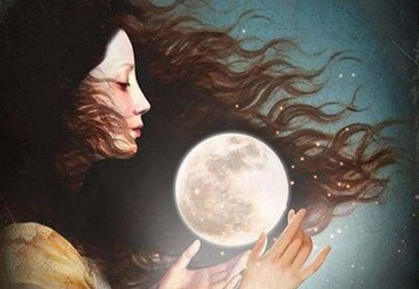 女性の手の中に月