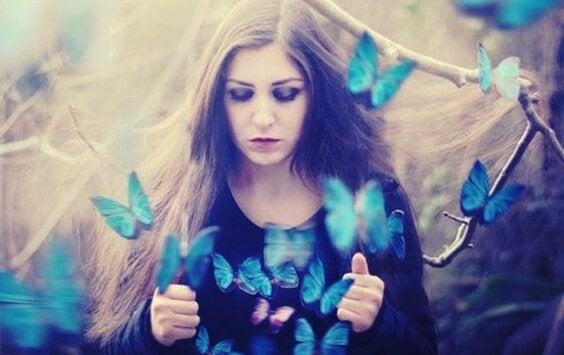 女性と青い蝶