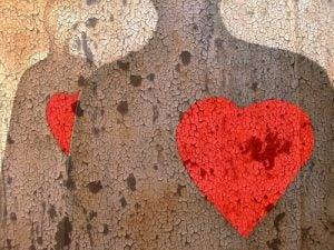 壁に映る人の影と赤いハート