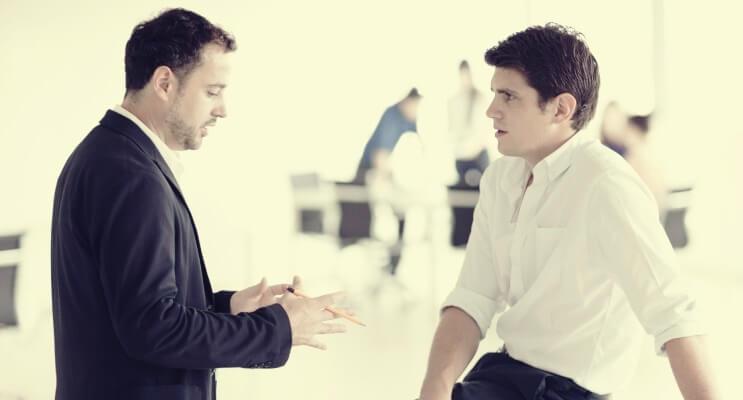 会話をする男性2人