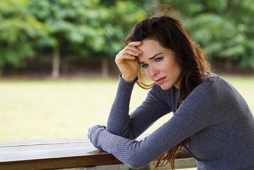 悲しそうな女性