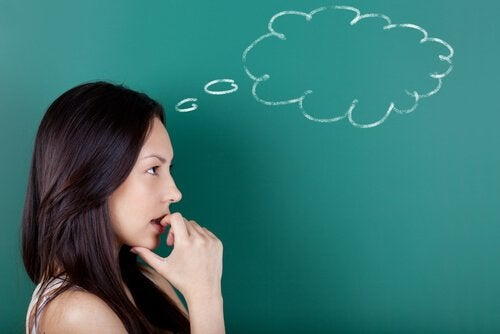 考える女性と黒板