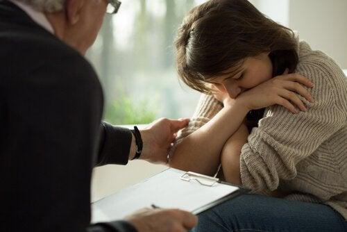患者を慰めるセラピスト
